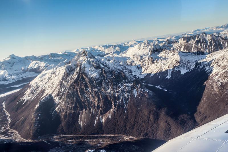 Mais próximo do Monte Olivia e Monte 5 Hermanos visto da cordilheira dos andes em Ushuaia na Argentina a partir do avião