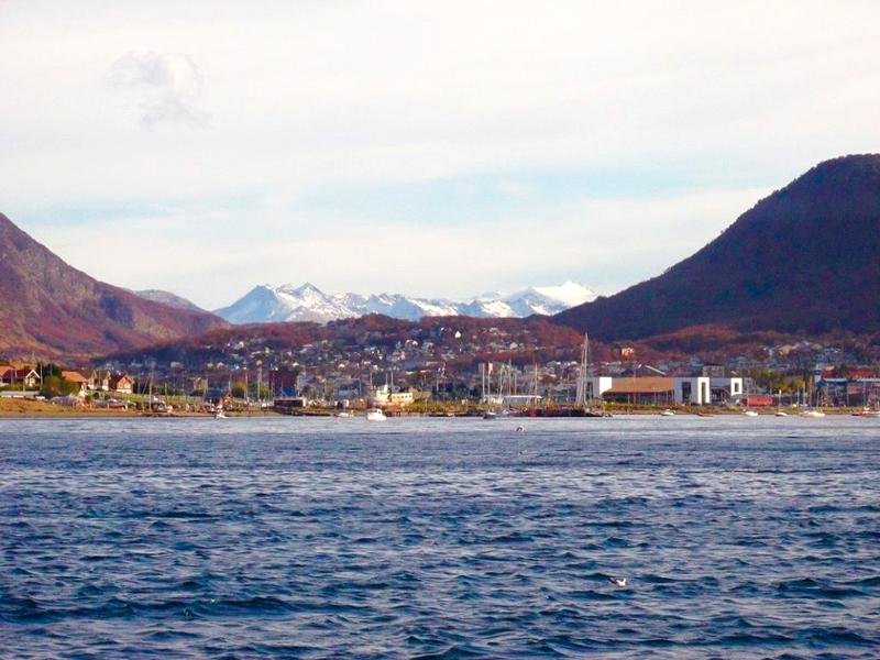 Cidade de Ushuaia vista a partir do passeio de barco pelo Canal Beagle no Outono