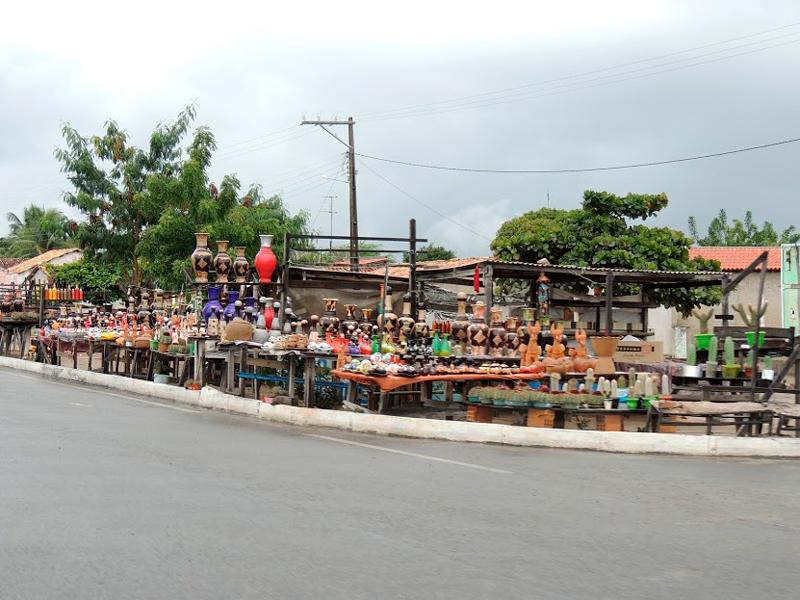 Venda de artesanato na estrada entre Feira de Santana e Itaetê