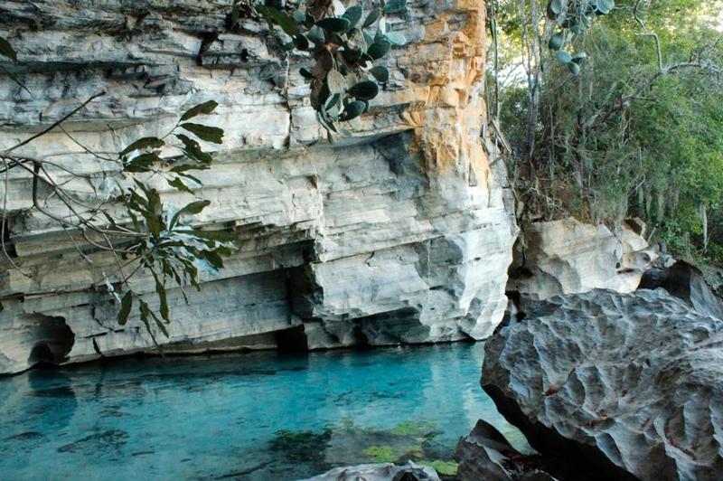 Água em frente a Gruta Pratinha na Chapada Diamantina na Bahia