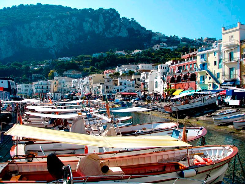 o porto em Capri na Italia, provincia de Napoli