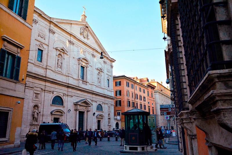 a fachada da San Luigi dei Francesi em Roma na Italia