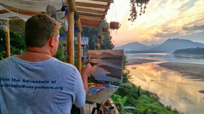Michael pintando o incrível cenário do rio Mekong, em Luang Prabang, Laos