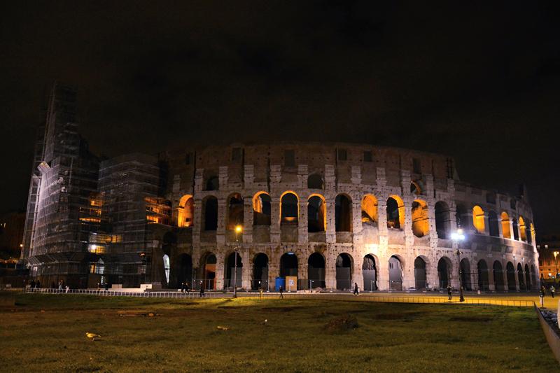 Coliseo à noite em reforma em roma