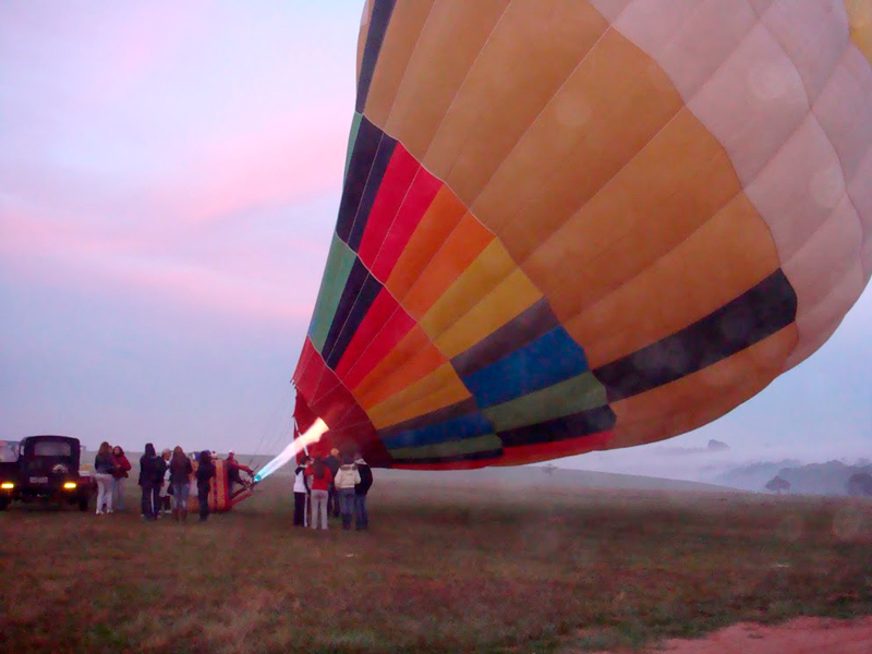 Balão sendo preparado no Centro de Paraquedismo e Balonismo em Boituva, São Paulo
