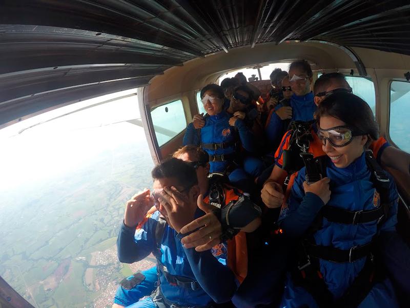 preparando para pular de paraquedas no Centro de Paraquedismo e Balonismo em Boituva, São Paulo