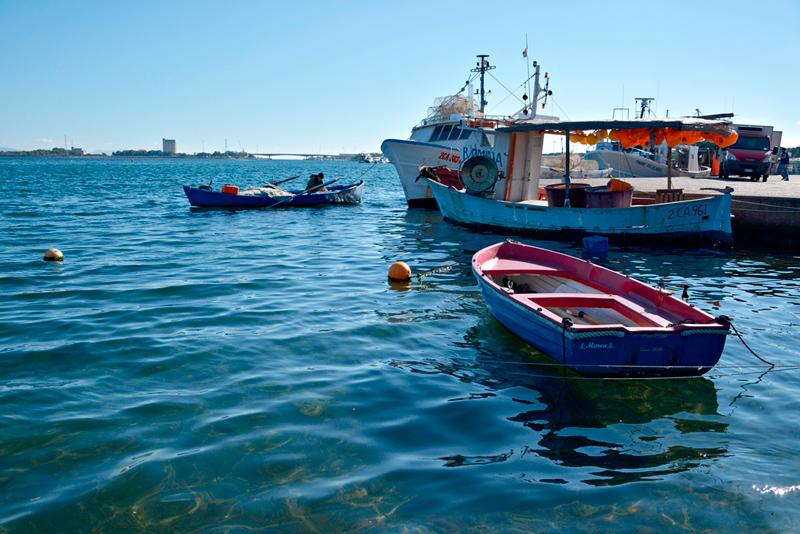 barcos na Isola di Sant'Antiocco no sul da Sardegna Italia