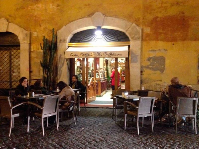 Restaurante com as cadeirinhas em rua de Roma na Italia