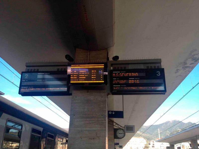 visor na plataforma de trem em Salerno na Italia