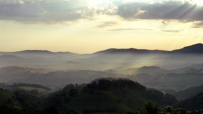 Os Pireneus são uma cordilheira no sudoeste da Europa cujos montes formam uma fronteira natural entre a França e a Espanha
