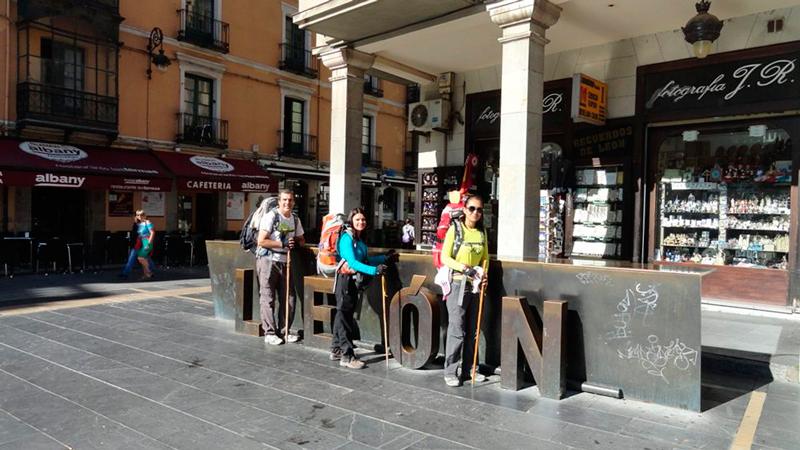 Com outros peregrinos em León na Espanha