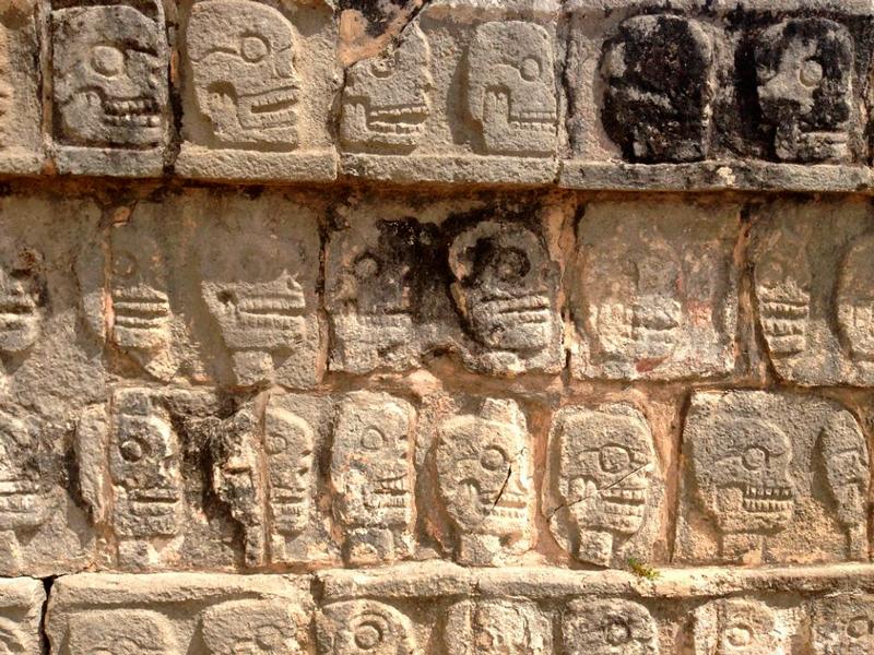 Detalhes de caveiras esculpidas em Chichén-Itzá no mexico