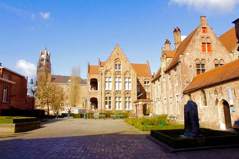 Entrada da complexo do Hospital Memling in Sint-Jan