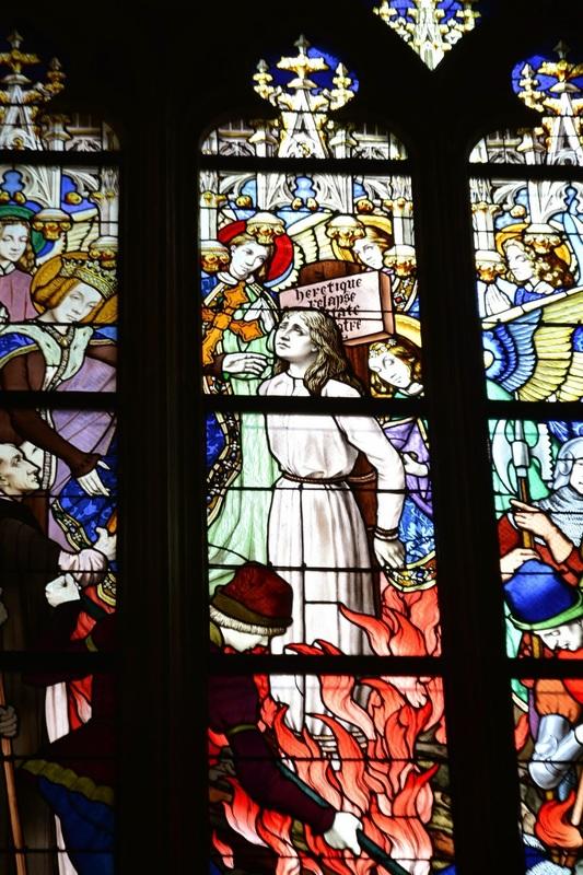 Vitral da execução de Jeanne D'Arc na Detalhe da Catedral de Orleans