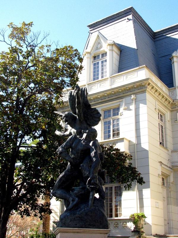 """Estátua """"A Defesa"""" de Auguste Rodin em frente ao Palacio Carrasco"""