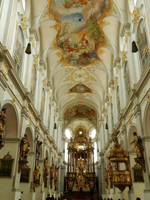 Altar ao fundo da Sainkt Peter Dicas de Viagem à MUNIQUE