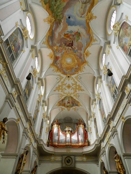 Afresco do teto e o órgão do coro  da Sainkt Peter Dicas de Viagem à MUNIQUE