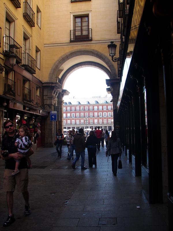 Caminho em direção ao Mercado San Miguel, na Plaza Mayor em Madri