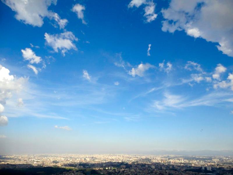 Do outro lado a imensidão de concreto da cidade visto do Pico do Jaraguá