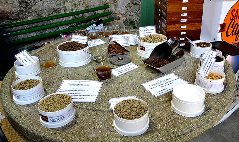 Expositor com vários tipos de cafés