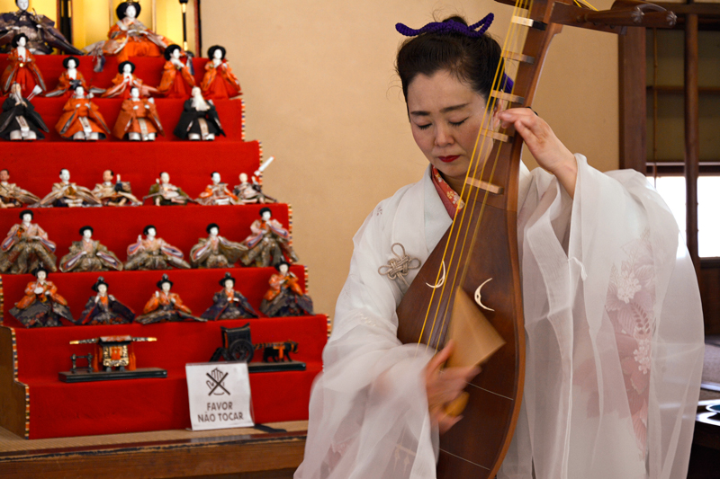 Recital de Akiko Sakurai cantando e tocando 'biwa' no pavilhão japonês do parque do ibirapuera