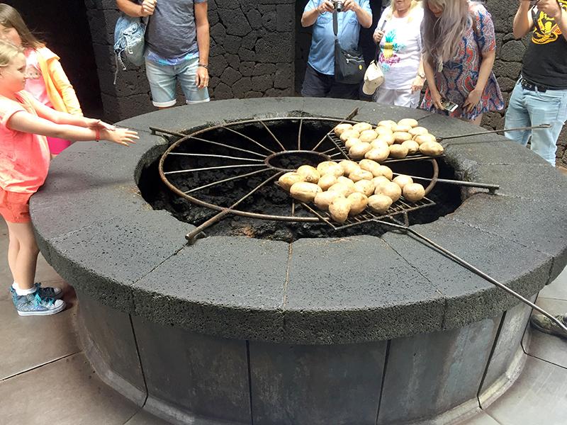 Batatas assando no calor do vulcao Timanfaya, Ilhas Canarias, Espanha