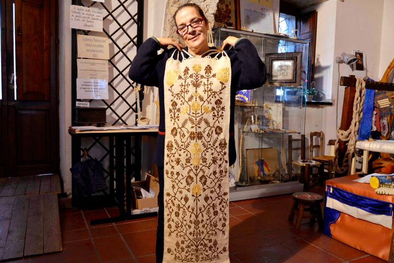 A artesã Chiara Vigo no Museo del Biso na Isola di Sant'Antiocco na Sardegna, Itália