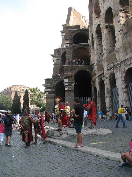 Fantasiados de romanos, caçando mais do que níqueis