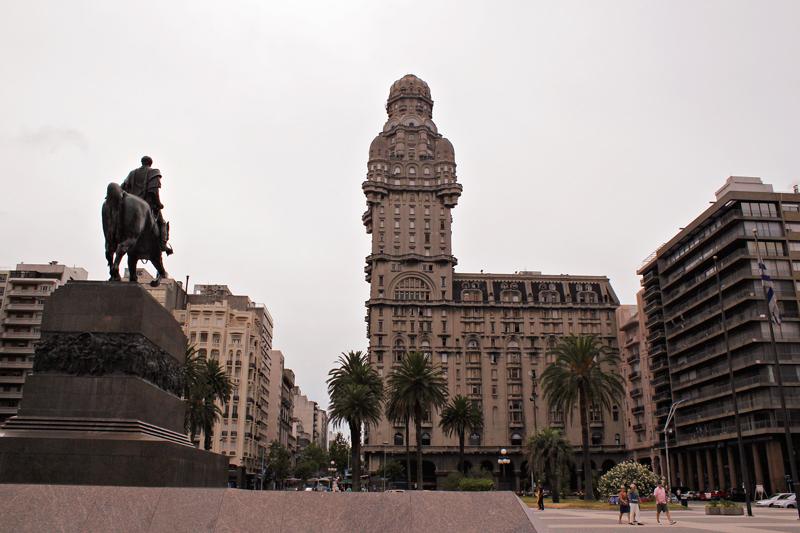 Palacio Salvo e a estatua do Jose Gervacio Artigas em Montevideo