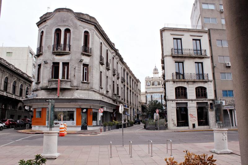 Prédios do centro antigo de Montevideo, rua de pedestres peatonal sarandí
