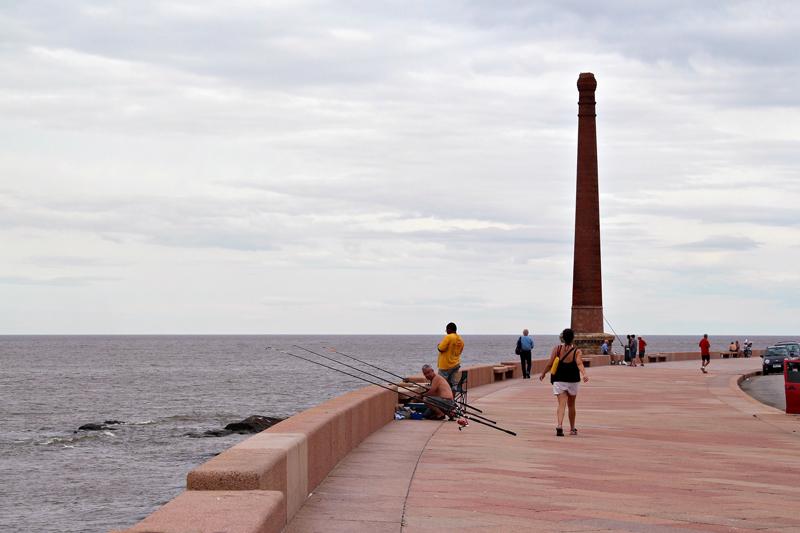Pessoas pescando na Rambla em Montevideo