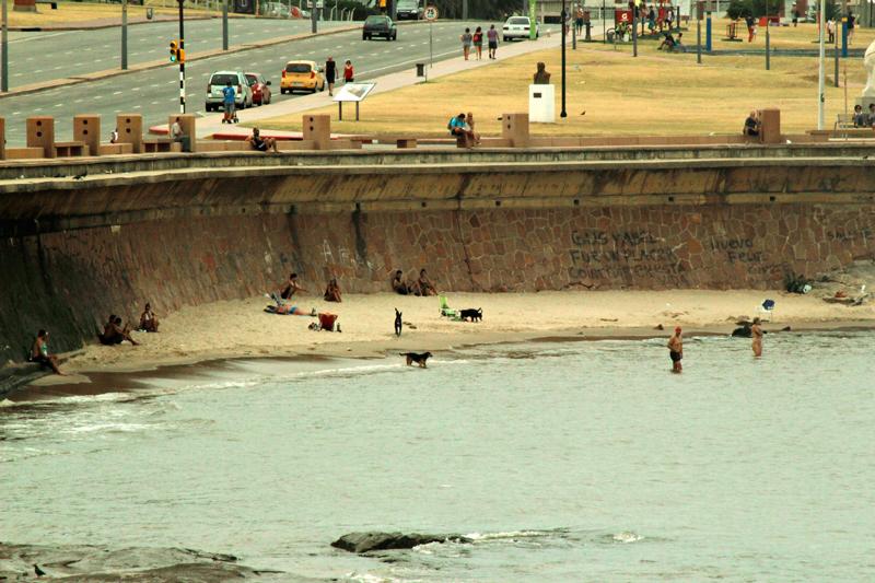 Pessoas na praia do centro em Montevideo