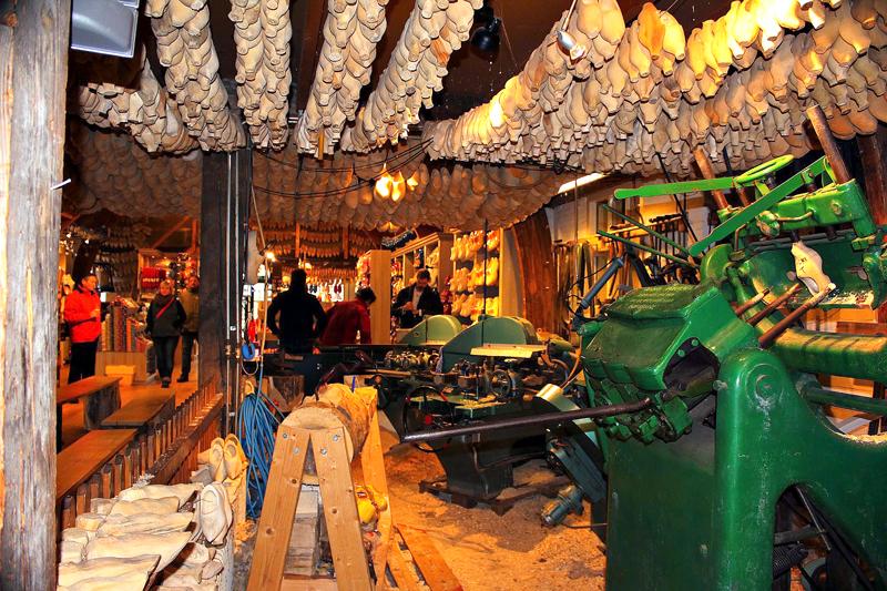 fábrica de tamancos de madeira em Marken na Holanda