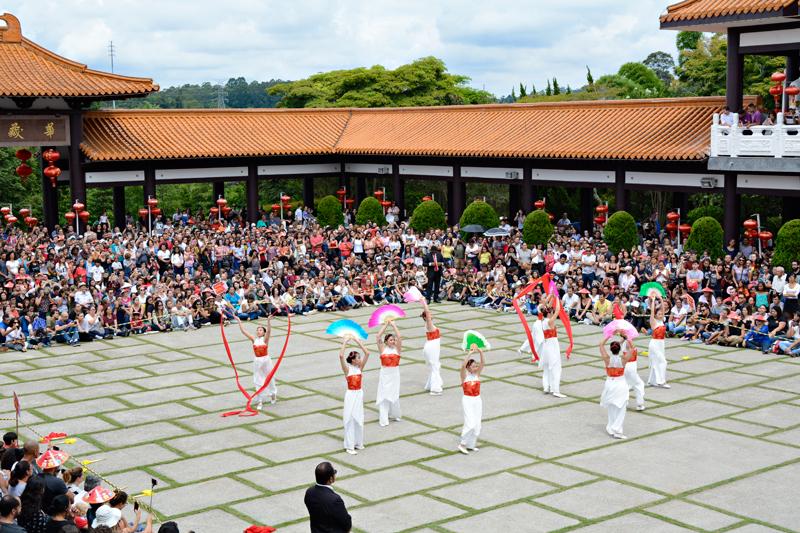 Dança feminina no Ano Novo Chinês no Templo Zu Lai em Cotia São Paulo