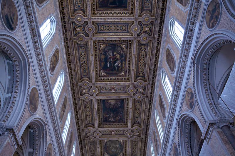 interior da Duomi di Napoli em Nápoles na Itália