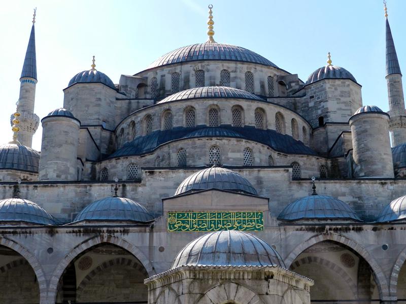 fachada da mesquita azul em istambul na Turquia