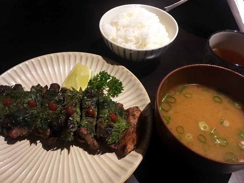 Panceta de porco com shissô, missoshiro e gohan do Izakaya Kuroda