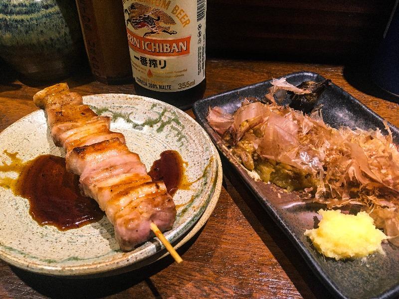 Butabara e a beringela yakinasu do Izakaya Omoide Sakaba