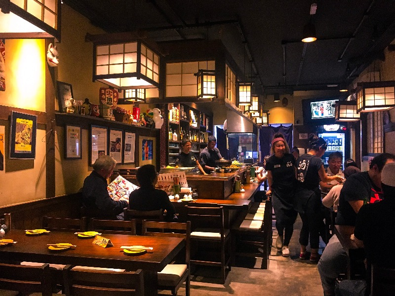 Salão principal do Izakaya Omoide Sakaba