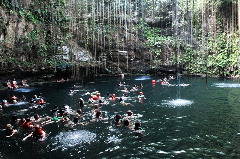Cenote Sagrado de Ik Kil em Yucatan Mexico