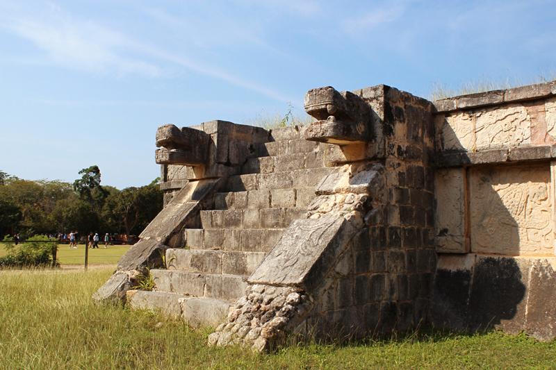 Cabeças de cobras nas Ruínas arqueológicas de Chichen Itzá em Yucatán Mexico