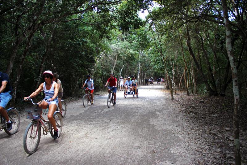 Turistas nas bicicletas em Cobá no Mexico