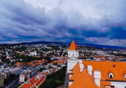 A cidade vista do seu castelo de bratisava na eslováquia