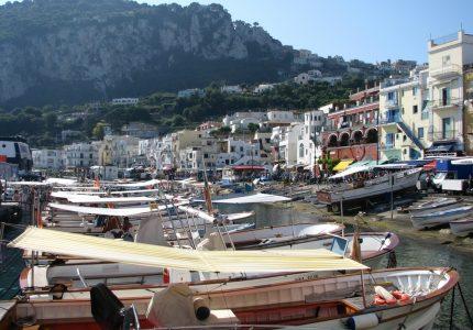 Primeira vista da Ilha de Capri ao descer do ferry