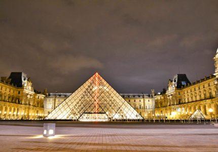 pirâmide do Louvre em Paris à noite