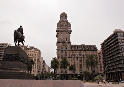 Palacio Salvo e a estatua do Jose Gervacio Artigas em Montevideo